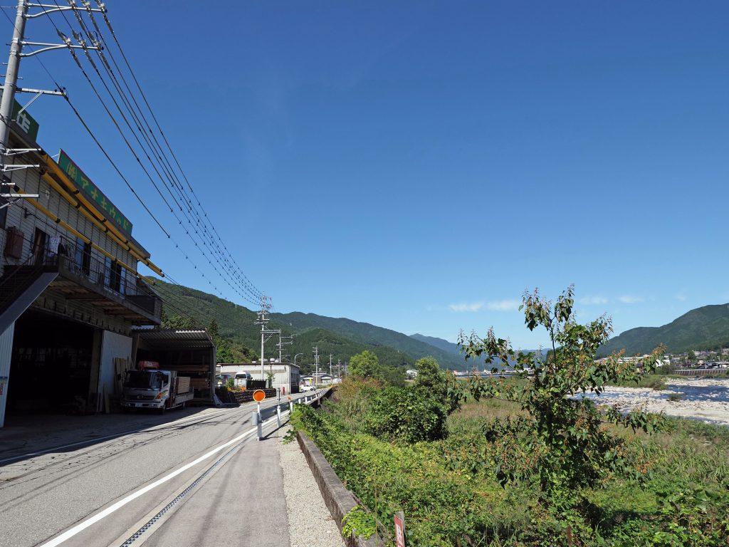 アオキウッド本社工場と益田川